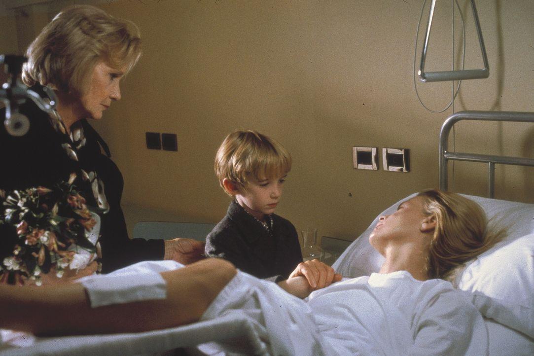Nach dem schweren Unfall ist Kuki (Kim Basinger, r.) froh, noch am Leben zu sein und ihren Sohn Emanuele (Liam Aiken, M.) wieder zu sehen ... - Bildquelle: Columbia Pictures