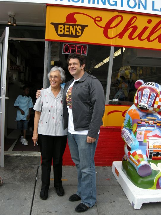 Adam Richman (r.) - Bildquelle: 2009, The Travel Channel, L.L.C.