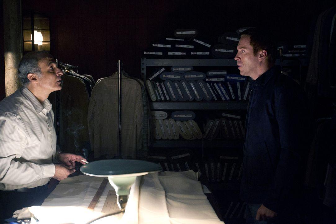 """Den Ausflug mit seiner Familie nutzt Brody (Damian Lewis, r.), um ein ganz bestimmtes """"Geschenk"""" bei dem Ladenbesitzer Tailor (Nasser Faris, l.) abz... - Bildquelle: 20th Century Fox International Television"""