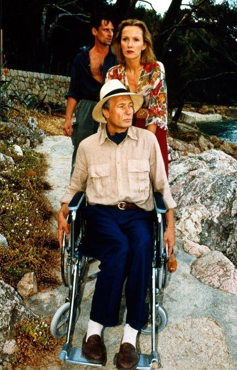 Ines Nielsen (Katja Flint, M.) und ihr Mann Vincent (Karl-Heinz Hackl, vorne) leben auf einer spanischen Insel, seitdem Vincent - ehemals ein großer... - Bildquelle: Raeder SAT.1/Raeder