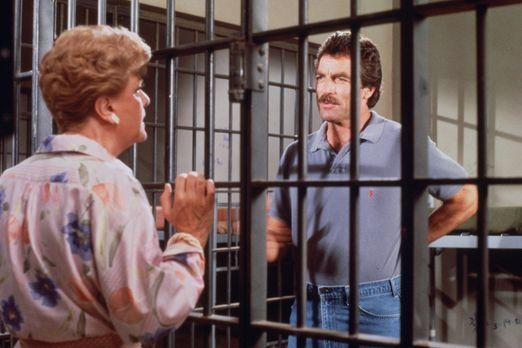 Mord ist ihr Hobby - Magnum (Tom Selleck, r.) sitzt in Untersuchungshaft und...
