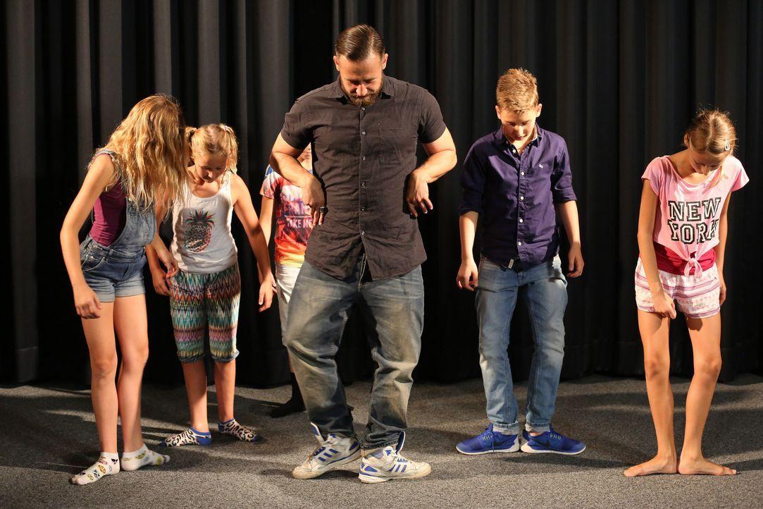 Ein ganz besonderes Coaching: Bürger Lars Dietrich (M.) mit den Kids ... - Bildquelle: Laura Schleicher SAT.1