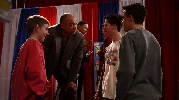 Dewey (Erik Per Sullivan, l.) ist fest davon überzeugt, dass sein Pulli Glück...