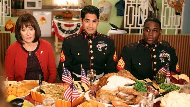 Weil Frankie (Patricia Heaton, l.) an Thanksgiving eine gute Tat vollbringen...