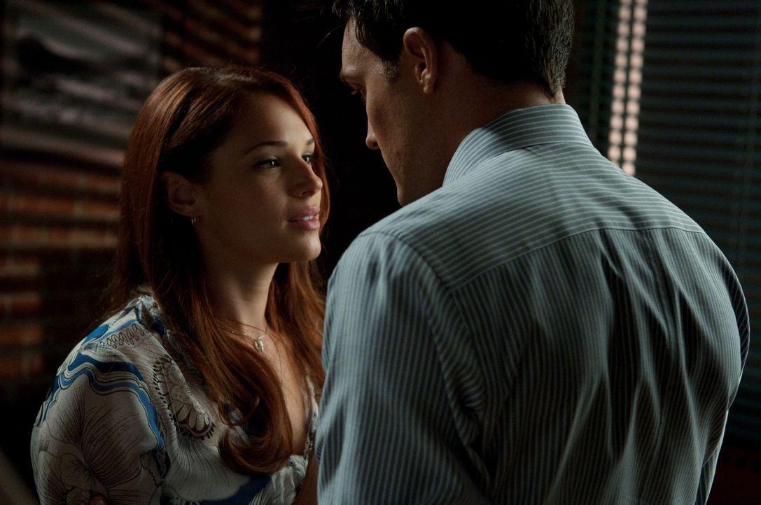 Kommen sich Wayne (Owain Yeoman, r.) und Grace (Amanda Righetti, l.) näher? - Bildquelle: Warner Bros. Television