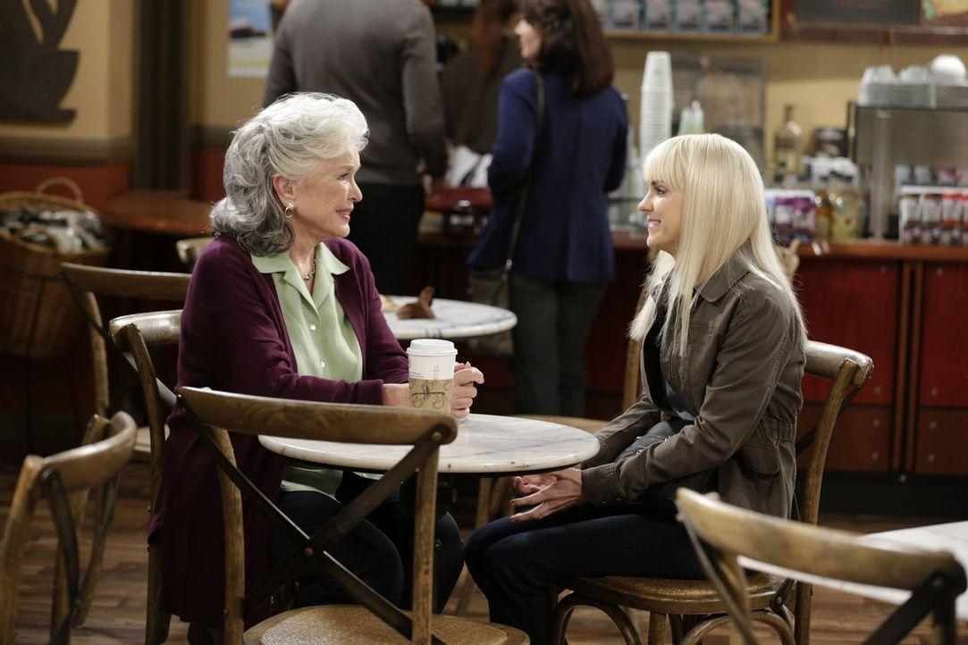 Christy (Anna Farris, r.) ist bereit, ihrer Großmutter Shirley (Ellen Burstyn, l.), die plötzlich wieder in ihr Leben stürzt, für ihre Vernachlässig... - Bildquelle: 2015 Warner Bros. Entertainment, Inc.