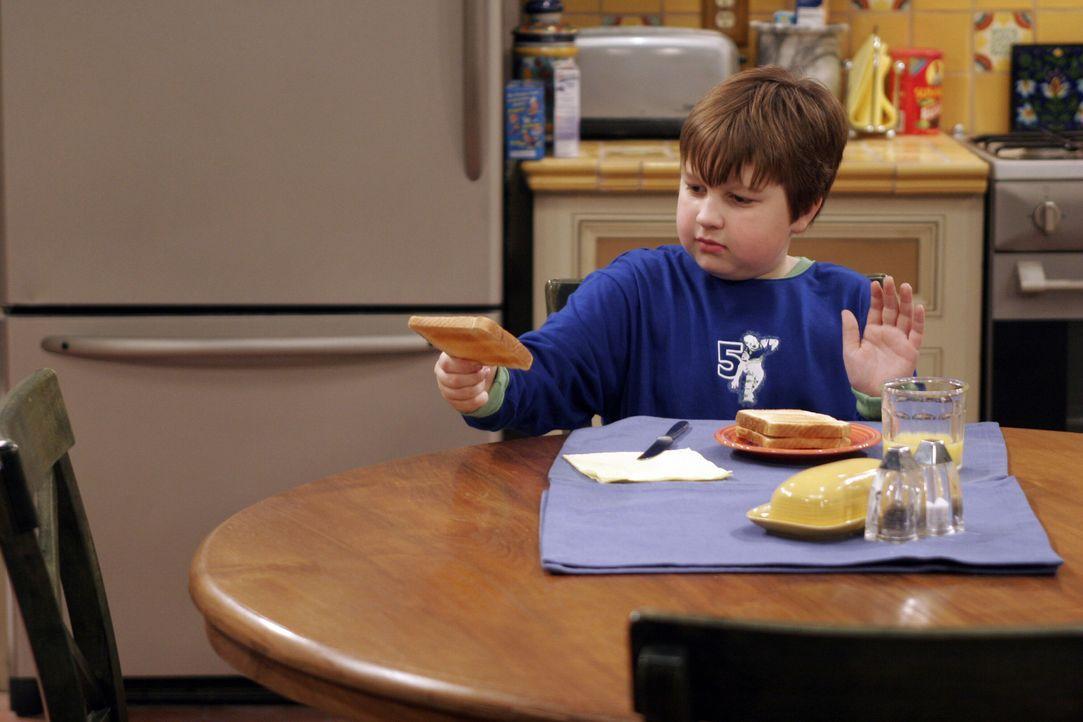 Jake (Angus T. Jones) übt sich im Todestoast werfen ... - Bildquelle: Warner Bros. Television