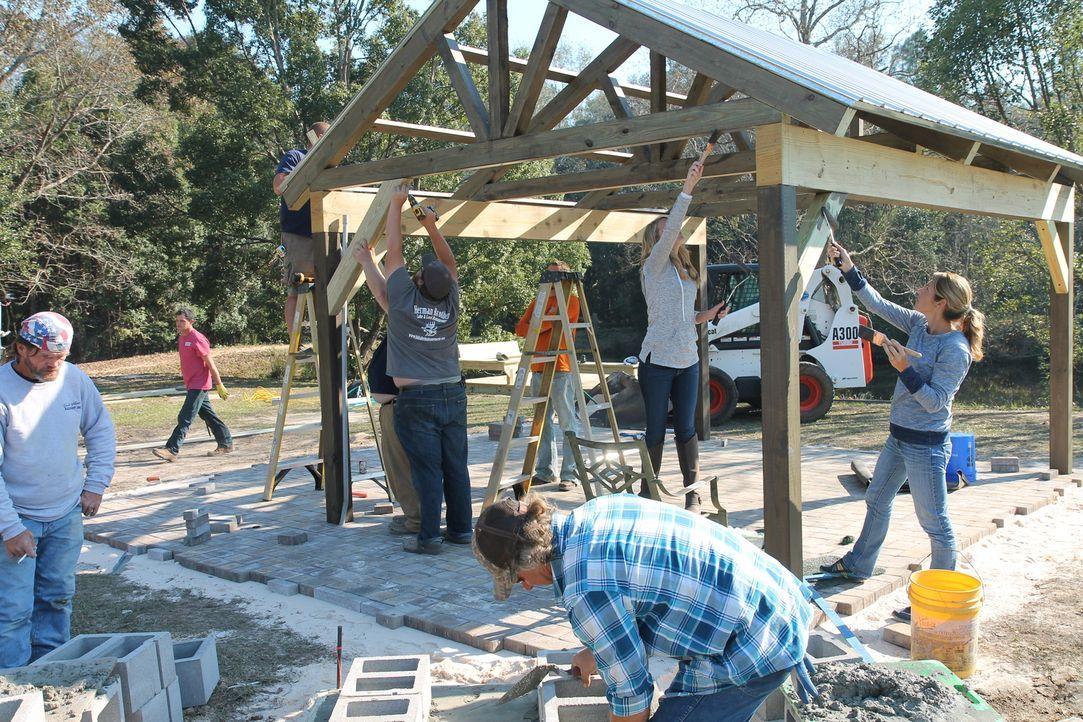 Ein Pavillon, eine Feuerstelle, ein Angelsteg und ein Spielplatz sollen errichtet werden. Bei so vielen Projekten werden viele tatkräftige Hände ben... - Bildquelle: 2016,DIY Network/Scripps Networks, LLC. All Rights Reserved.