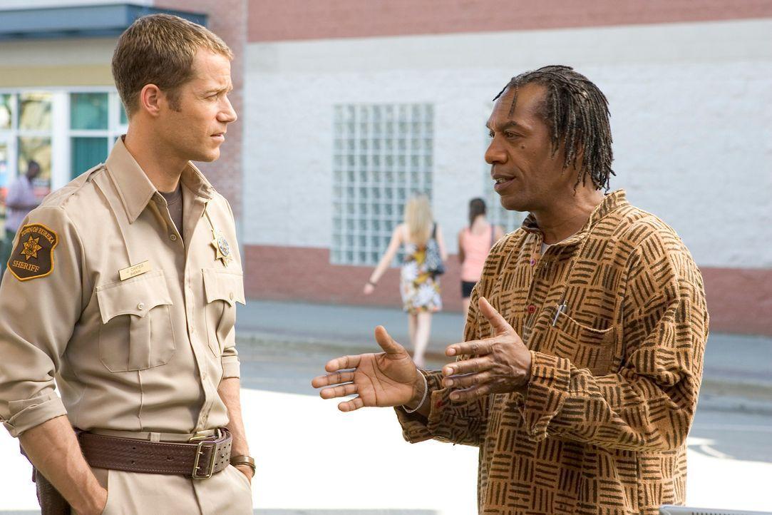 Was haben sich Carter (Colin Ferguson, l.) und Henry (Joe Morton, r.) bei der Befreiung von Beverly gedacht? - Bildquelle: Universal Television