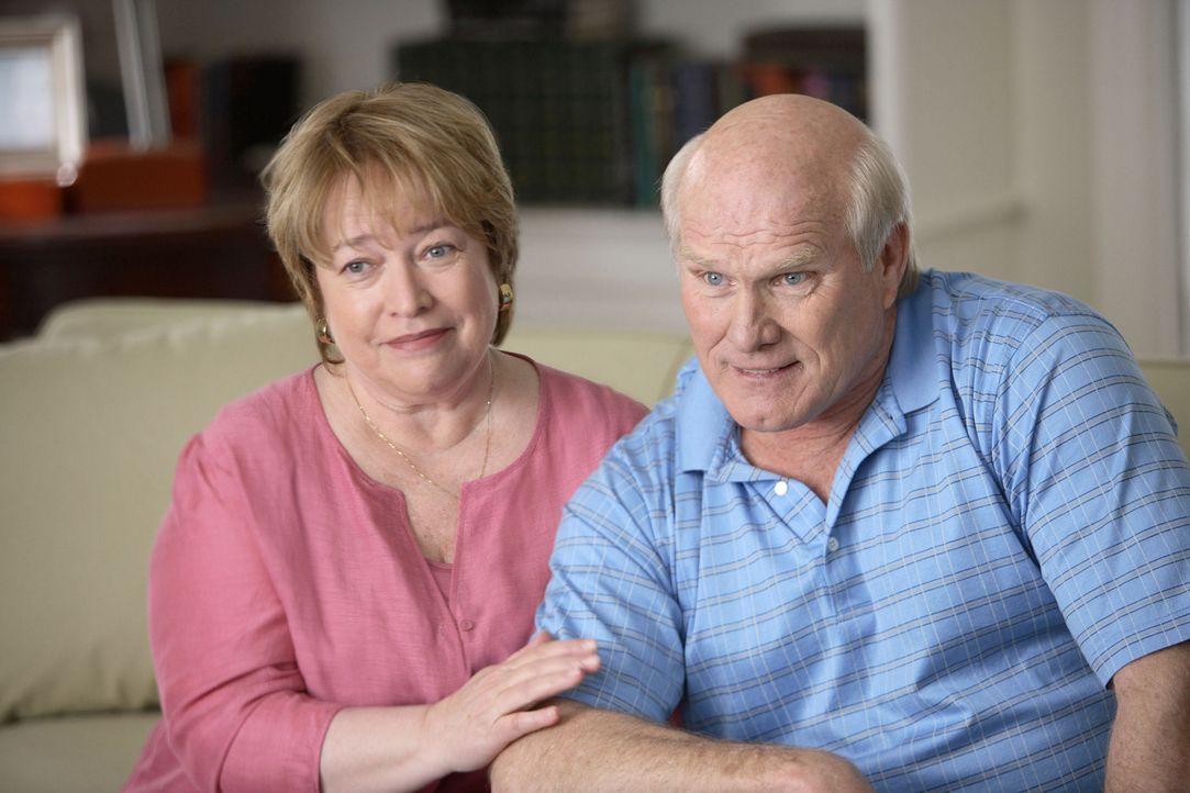 Um ihren Sohn endlich aus dem Haus zu bekommen und endlich ihr eigenes Leben, leben zu können, engagieren Sue (Kathy Bates, l.) und Al (Terry Brads... - Bildquelle: TM &   Paramount Pictures. All Rights Reserved.