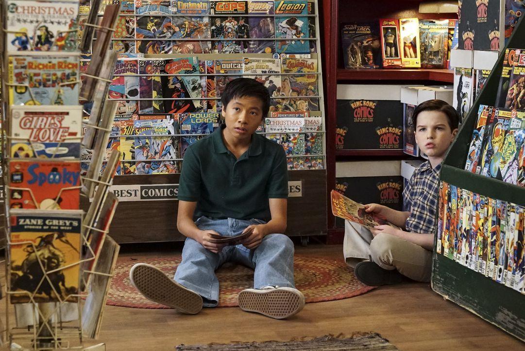 Tam (Ryan Phuong, l.) und Sheldon (Iain Armitage, r.) sind geschockt, als Mary in ihren geliebten Comic-Shop stürmt und sich beim Besitzer darüber b... - Bildquelle: Warner Bros. Television