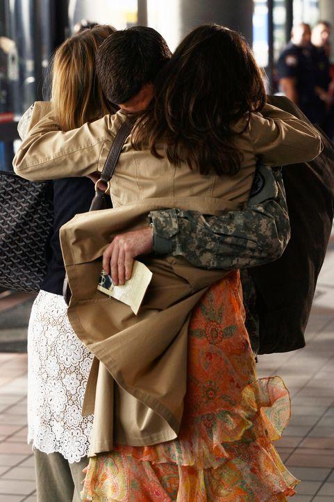 Abschiedsschmerz: Nora (Sally Field, r.) und Kitty (Calista Flockhart, l.) kommen gerade noch rechtzeitig zum Flughafen, um sich von Justin (Dave An... - Bildquelle: Disney - ABC International Television