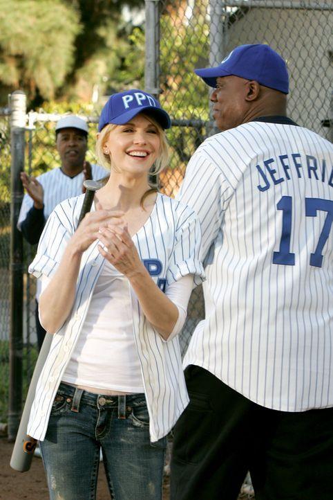 Haben jede Menge Spaß beim alljährlichen Softballturnier: Det. Lilly Rush (Kathryn Morris, l.) und Det. Will Jeffries (Thom Barry, r.) - Bildquelle: Warner Bros. Television