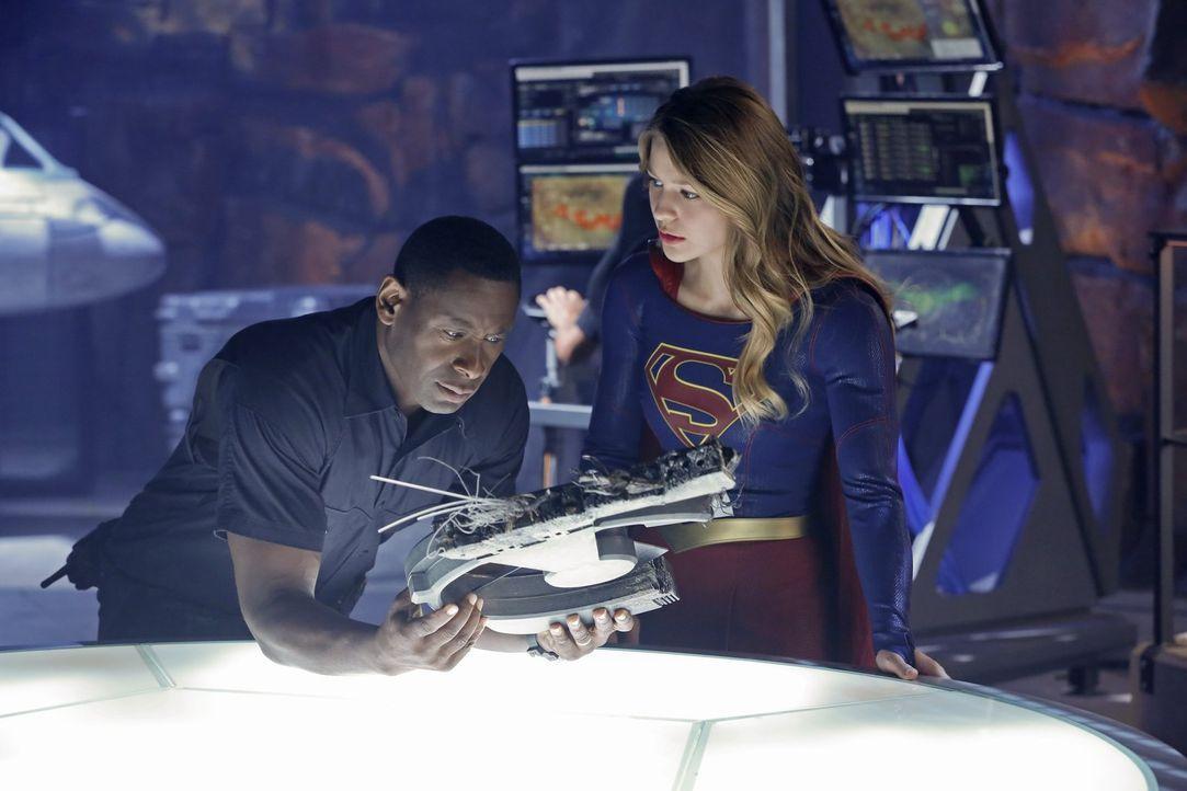 Hank Henshaw (David Harewood, l.) hilft Kara (Melissa Benoist, r.) aufzuklären, wer hinter der Serie an Bombenanschlägen steckt, doch irgendwie verh... - Bildquelle: 2015 Warner Bros. Entertainment, Inc.