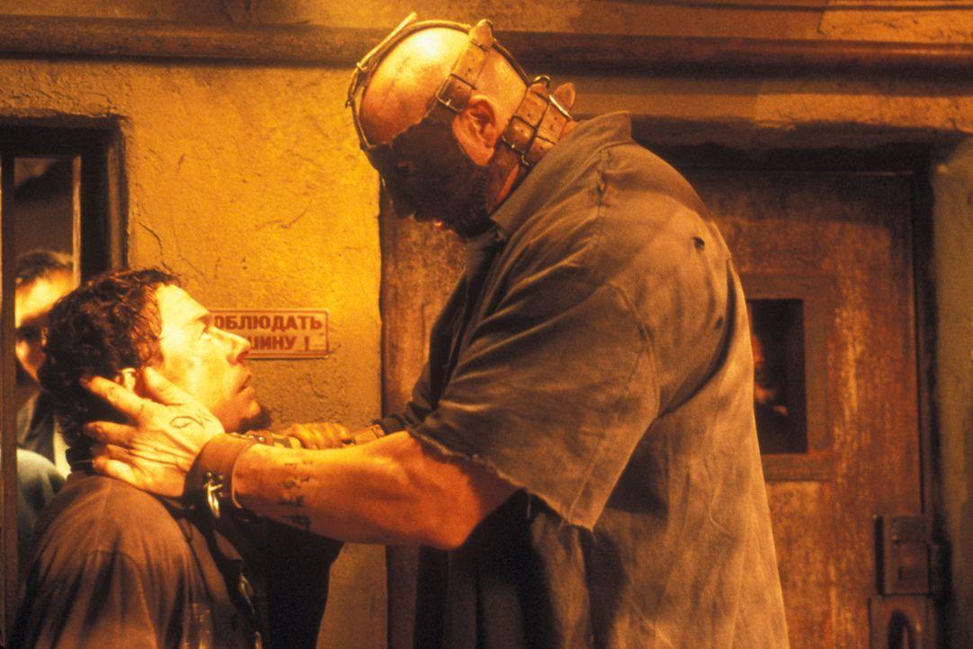 Schon bald wird Kyle (Jean-Claude Van Damme, l.) klar, dass das Überleben in der berüchtigten Strafanstalt Marquezas keineswegs ein leichtes Spiel i... - Bildquelle: NU IMAGE