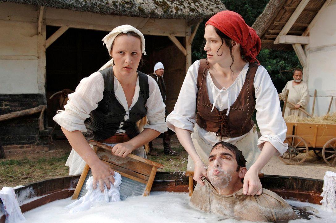 Im Mittelalter hatte Frau es wirklich schwer. Was heute eine Waschmaschine in Minuten schafft, wurde damals in Schweiß treibender Handarbeit erledig... - Bildquelle: Guido Engels Sat.1