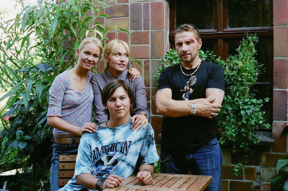 Werden sie doch noch eine Familie? Die Zwillinge Luisa (Katharina Ursinus, l.) und Lukas (Tim O. Schultz, vorne), Katrin (Anica Dobra, hinten M.) un... - Bildquelle: Sat.1
