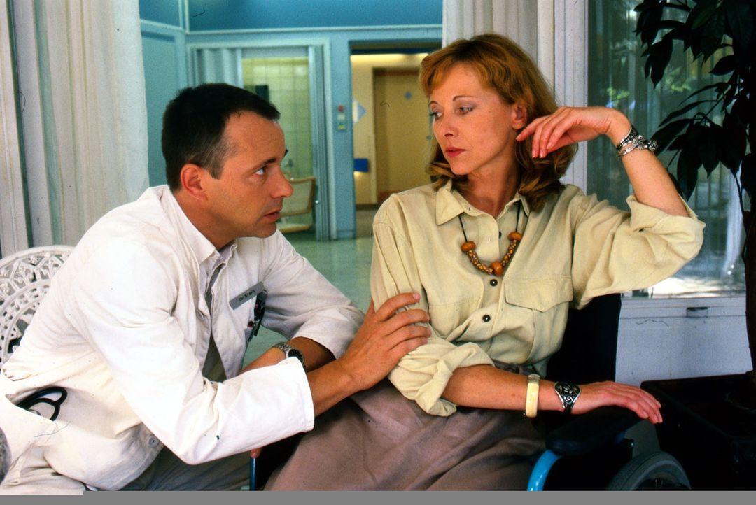 Lena Stein (Susanne Meierhofer, r.), die Ex-Frau von Dr. Stein (Christoph Schobesberger, l.), wird in das Luisenkrankenhaus eingeliefert, da sie nac... - Bildquelle: Noreen Flynn Sat.1