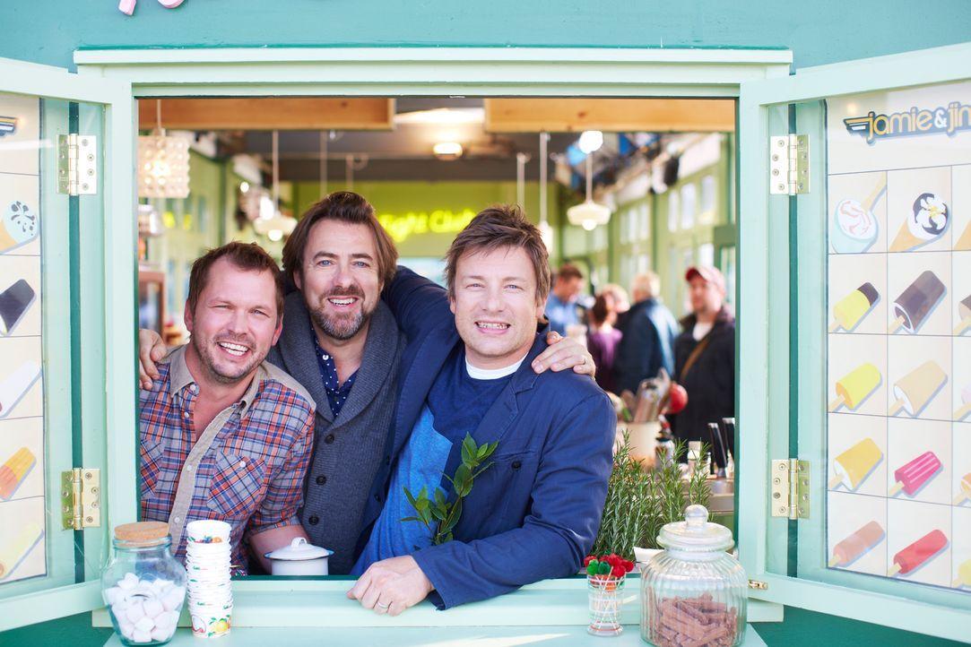 Jonathan Ross (M.) kommt bei Jamie (r.) und Jimmy (l.) zu Besuch und bereitet einen Spezialpudding ... - Bildquelle: David Loftus David Loftus 2014