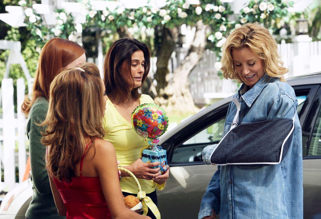 Nehmen Lynette (Felicity Huffman, r.) freudig in Empfang: Gabrielle (Eva Longoria, 2.v.l.), Bree (Marcia Cross, l.) und Susan (Teri Hatcher, 2.v.r.)... - Bildquelle: 2005 Touchstone Television  All Rights Reserved