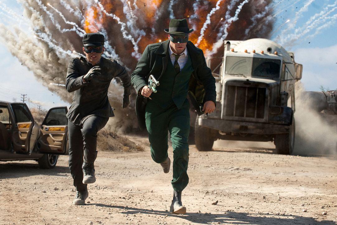 Beginnen mit der gefährlichen, hoch explosiven Jagd auf den Mann, der die ganze Unterwelt von LA kontrolliert:  Britt (Seth Rogen) und Kato (Jay Cho... - Bildquelle: Motion Picture   2011 Columbia Pictures Industries, Inc. All Rights Reserved.