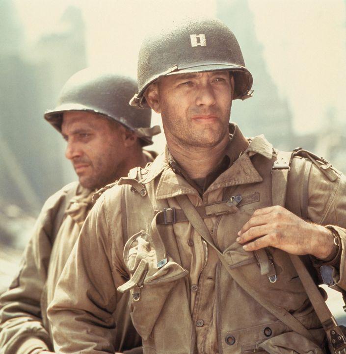 Sergeant Horvath (Tom Sizemore, l.) und Captain Miller (Tom Hanks, r.) treffen erste Vorbereitungen zur Sprengung der Brücke ... - Bildquelle: United International Pictures
