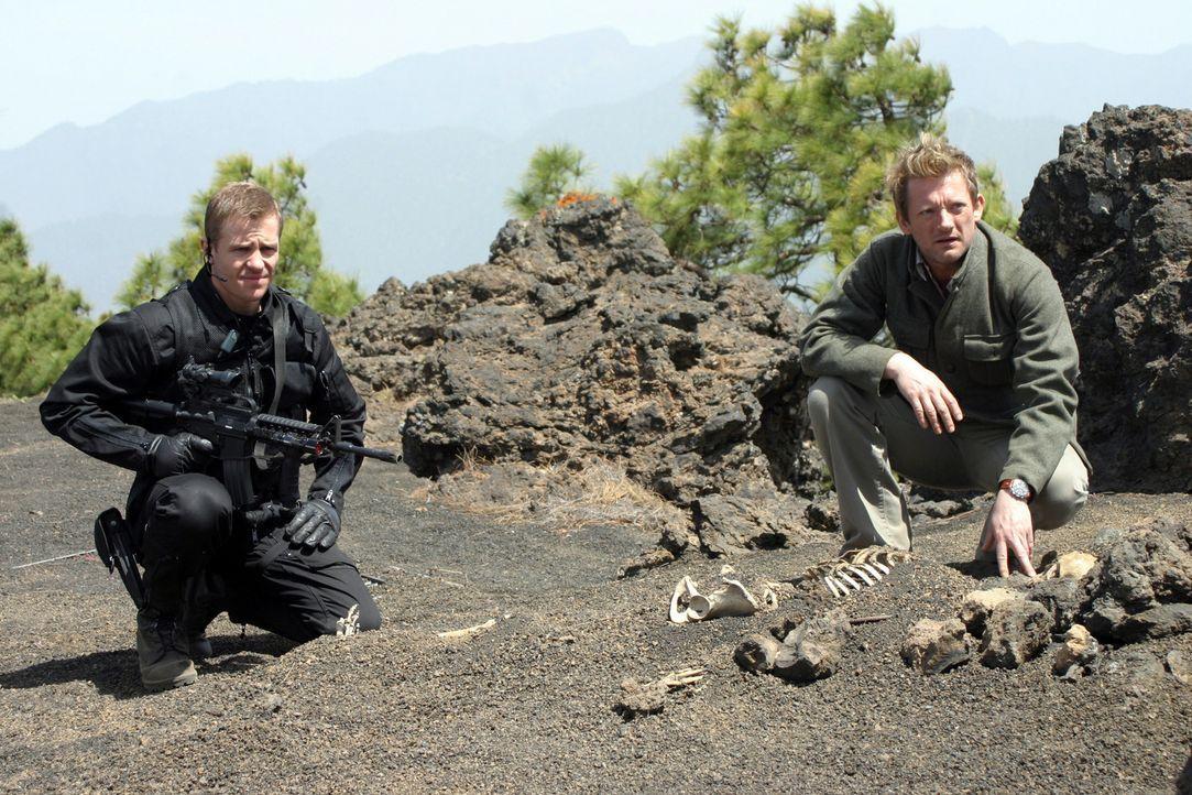 Ryan (Mark Wakeling , l.) und Cutter (Douglas Henshall, r.) machen eine unglaubliche Entdeckung ... - Bildquelle: ITV Plc