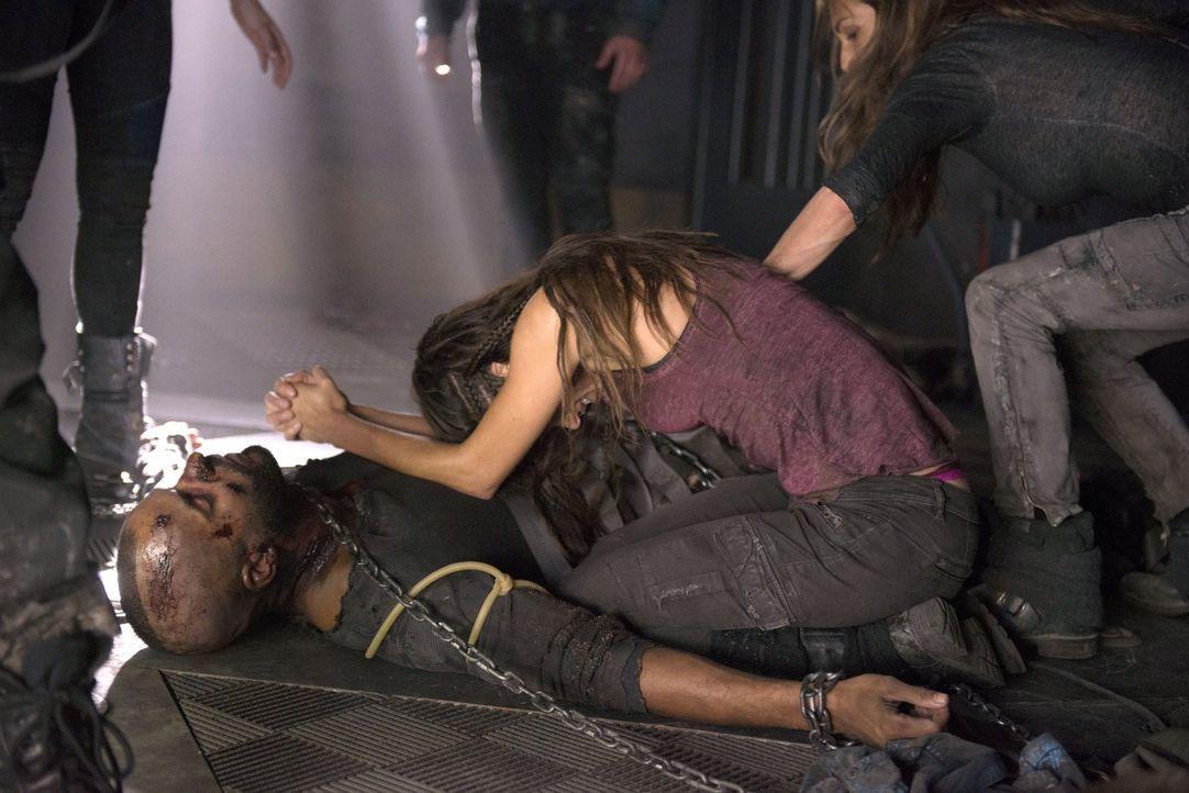 Octavia (Marie Avgeropoulos, r.) will Lincoln (Ricky Whittle, l.) nicht aufgeben, aber bleibt ihr eine andere Chance? - Bildquelle: 2014 Warner Brothers
