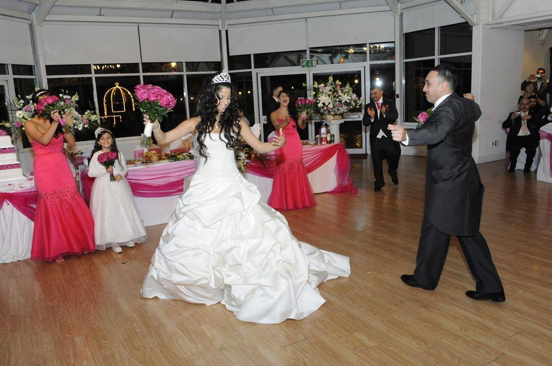 Cigdem (M.) liebt alles, was funkelt und glitzert. Dementsprechend kann gar nicht genügend Strass ihr Hochzeitskleid schmücken. - Bildquelle: ITV Studios Limited 2010