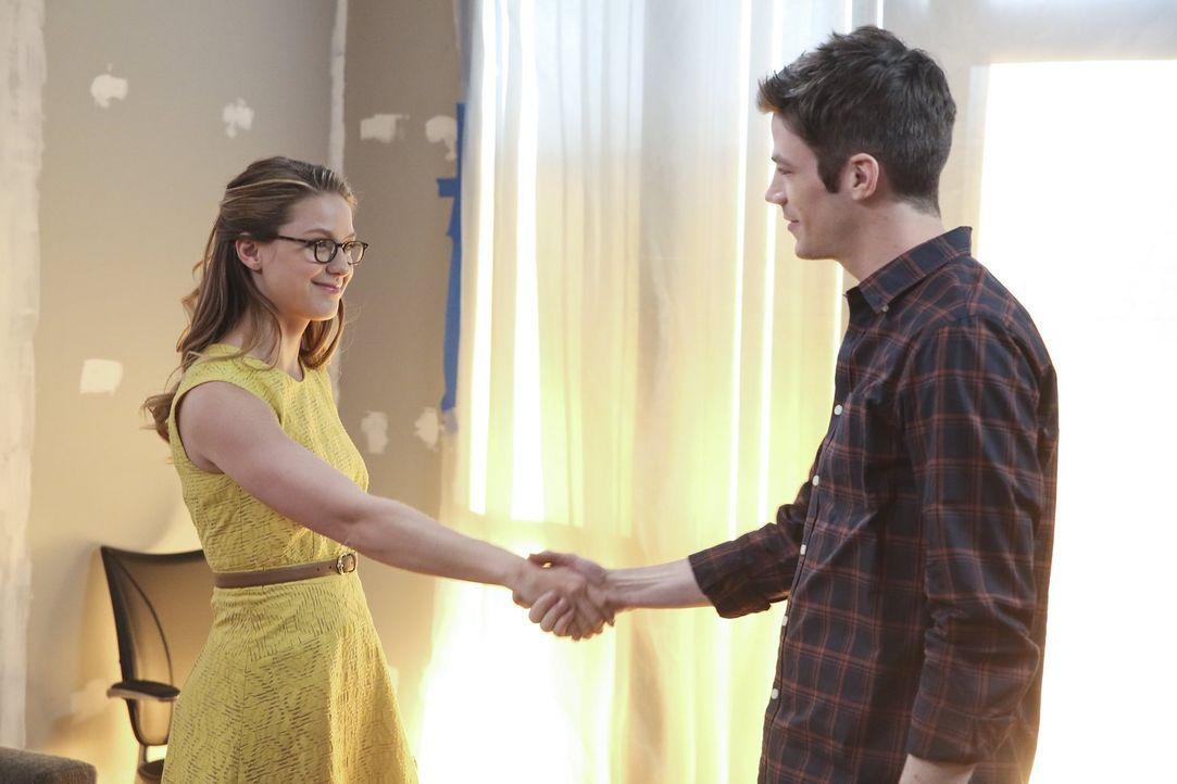 Kara alias Supergirl (Melissa Benoist, l.) begegnet Barry Allen alias the Flash (Grant Gustin, r.), der aus einem Paralleluniversum stammt und in Na... - Bildquelle: 2015 Warner Bros. Entertainment, Inc.