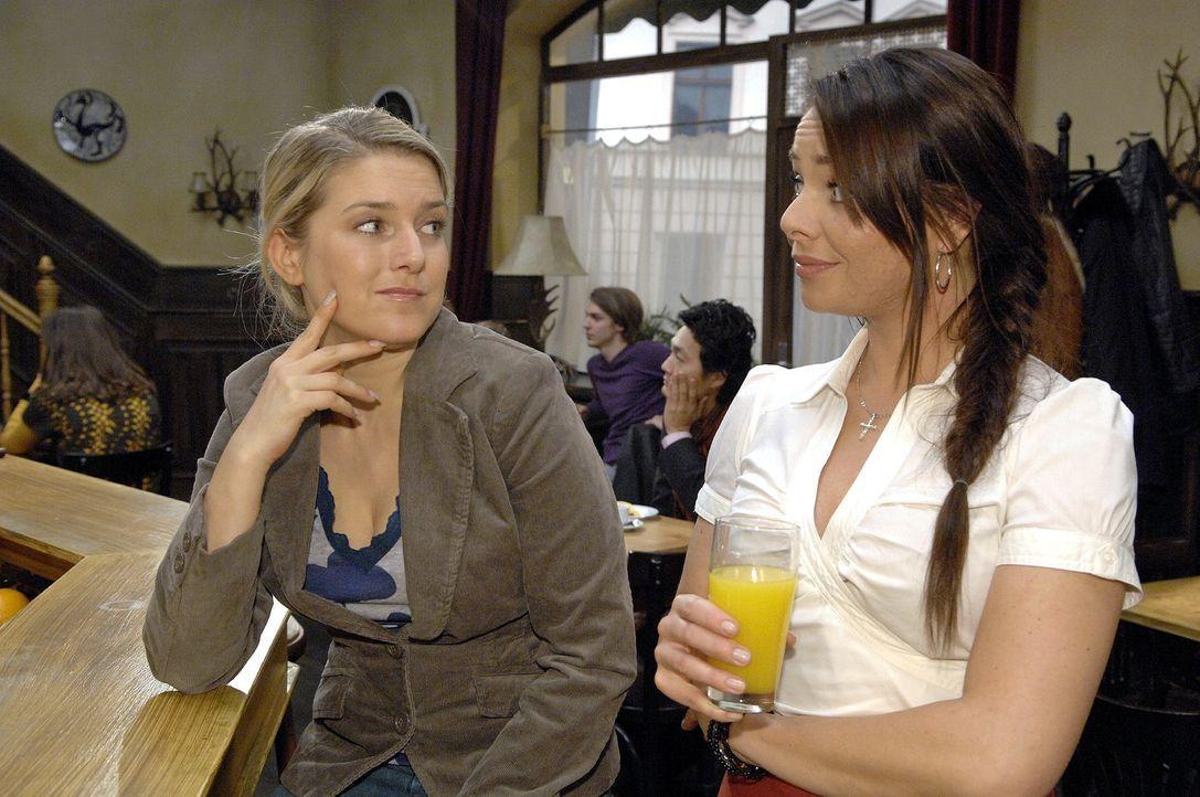 Anna (Jeanette Biedermann, l.) erzählt Paloma (Maja Maneiro, r.) nur die halbe Wahrheit. - Bildquelle: Claudius Pflug Sat.1
