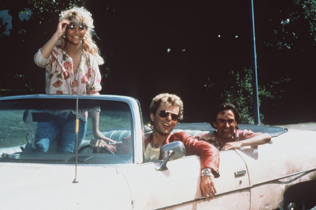 Tochter Kim (Tatjana Simic, l.), Johnnie (Huub Stapel, M.) und Bruder Kim (René van't Hof, r.) haben keinen Job und kein Geld - aber immer glänzen... - Bildquelle: Concorde Filmverleih GmbH