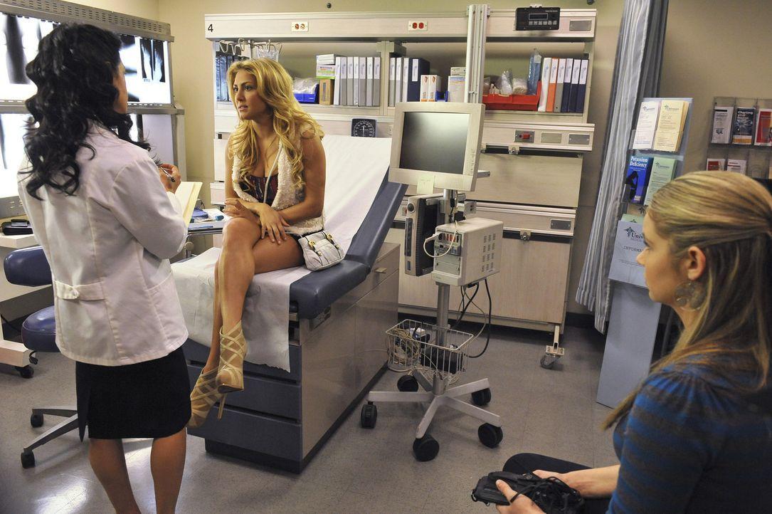 Was ist der Grund für Laurens plötzliche Schwindelanfälle? Payson (Ayla Kell, r.) begleitet ihre Freundin Lauren (Cassie Scerbo, M.) in die Klinik. - Bildquelle: 2012 Disney Enterprises, Inc. All rights reserved.
