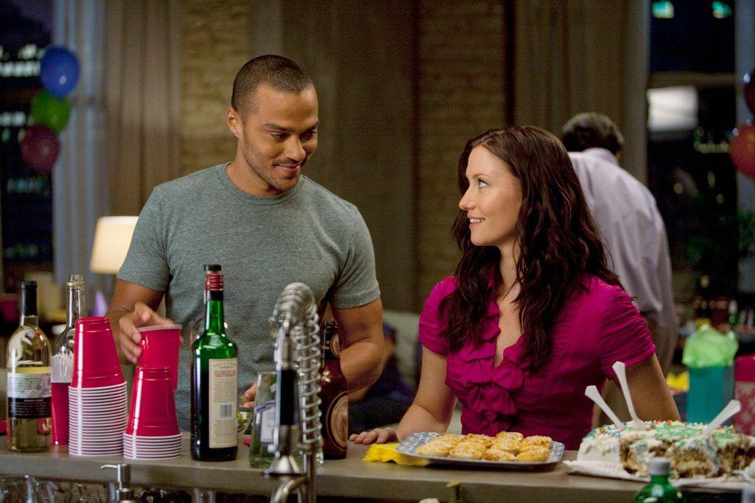 Die Überraschungsparty für Arizona ist im vollen Gange: Jackson (Jesse Williams, l.) und Lexie (Chyler Leigh, r.) ... - Bildquelle: Touchstone Television