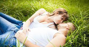Eine Wiese bietet nur begrenzt Schutz für Outdoor-Sex. Der ist eigentlich ver...