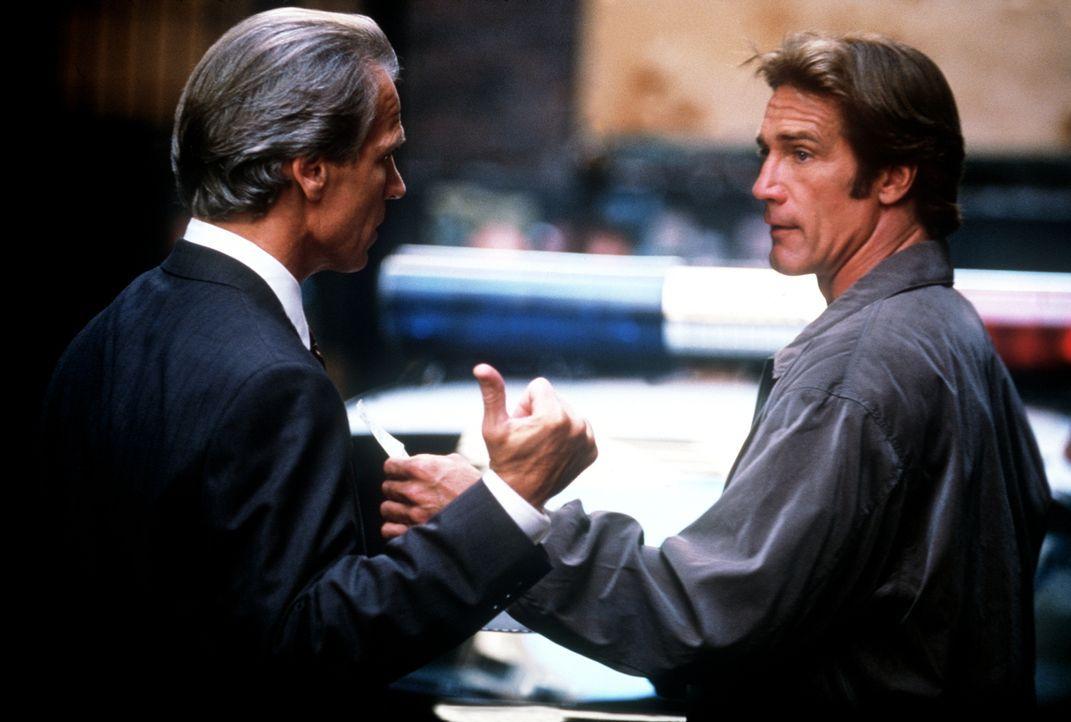 Waldeck (Michael Beck, l.), der Chef der privaten Sicherheitskräfte von Victoria, erscheint am Tatort und begegnet Steve (Barry Van Dyke, r.). - Bildquelle: Viacom