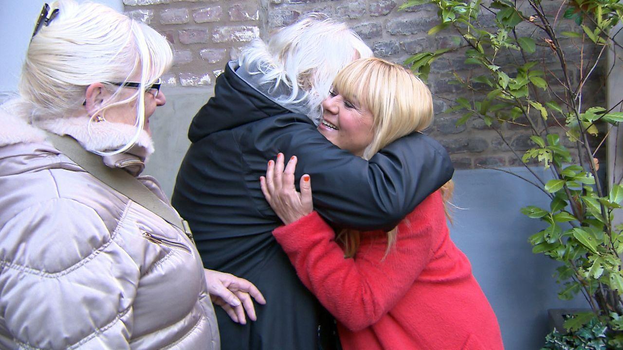 Jacqueline (M.) und Gabriela (l.) hoffen auf die Hilfe von Julia Leischik (r.). Sie wollen ihre Schwestern Marina und Sabine endlich wieder in die A... - Bildquelle: SAT.1