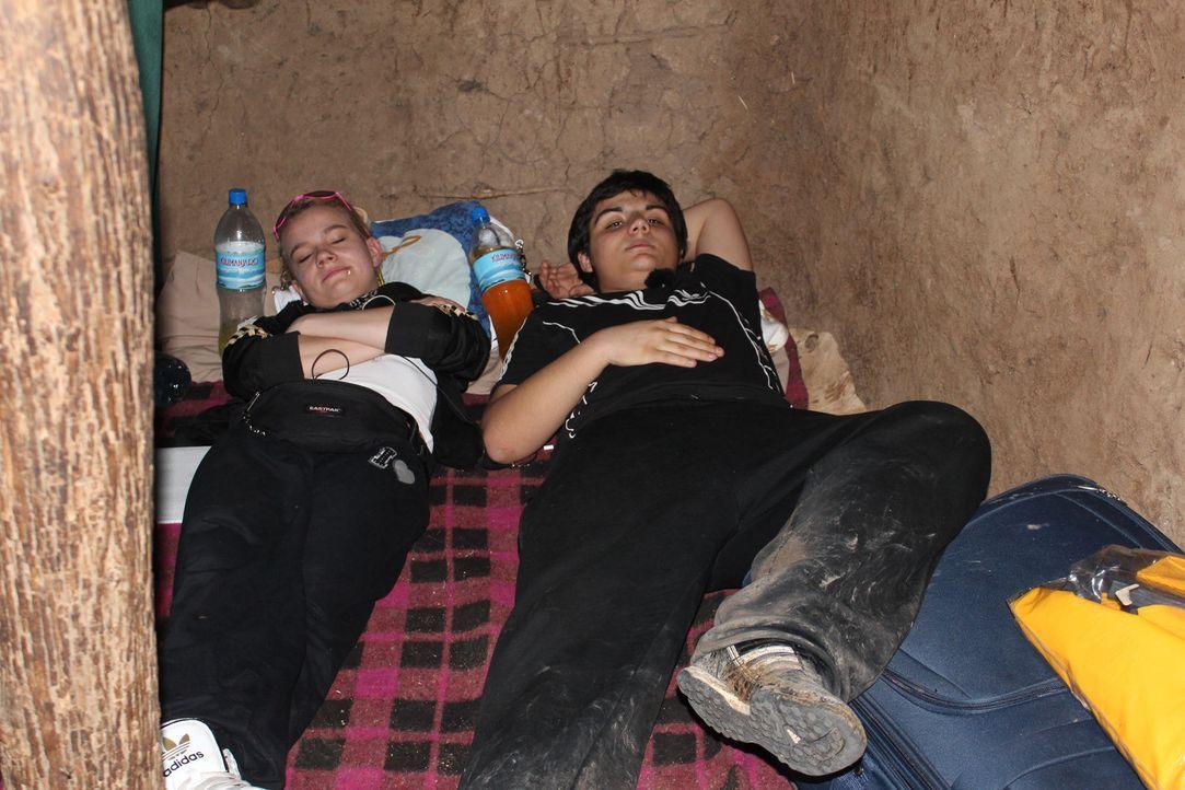 Afrika, ein Kontinent der Extreme. Am Rande der Serengeti, liegt das Dorf von Familie Gidobat. Hier sollen die beiden Teenager Timucin (r.) und Moni... - Bildquelle: kabel eins