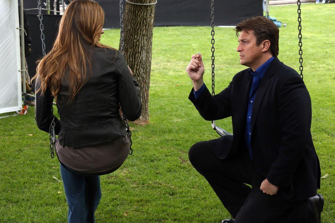Damit hat Kate (Stana Katic, l.) nicht gerechnet: Castle (Nathan Fillion, r.) geht vor ihr in die Knie und zieht einen Diamantring aus der Tasche ... - Bildquelle: ABC Studios