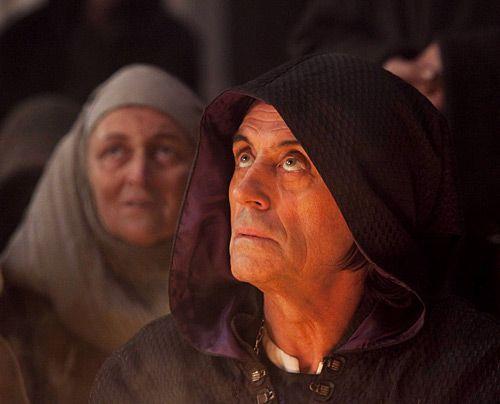 Sogar Bischof Waleran (Ian McShane) erkennt, dass er nicht offen dagegen angehen kann. - Bildquelle: Egon Endrenyi - Tandem Productions - Pillars Productions