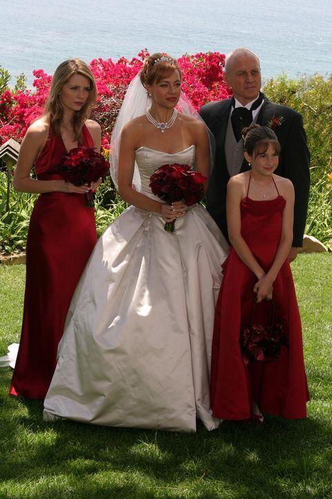 Neues Familienglück?: Marissa (Mischa Barton, l.) Julie (Melinda Clarke, M.), Caleb (Alan Dale, r.) und Kaitlin (Shailene Woodley, vorne) ... - Bildquelle: Warner Bros. Television