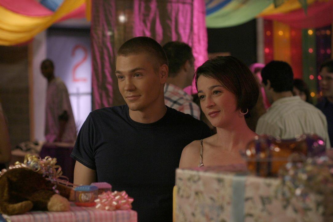Karen (Moira Kelly, r.) ist stolz auf ihren Sohn Lucas (Chad Michael Murray, l.), der für die gelungene Feier verantwortlich ist ... - Bildquelle: Warner Bros. Pictures
