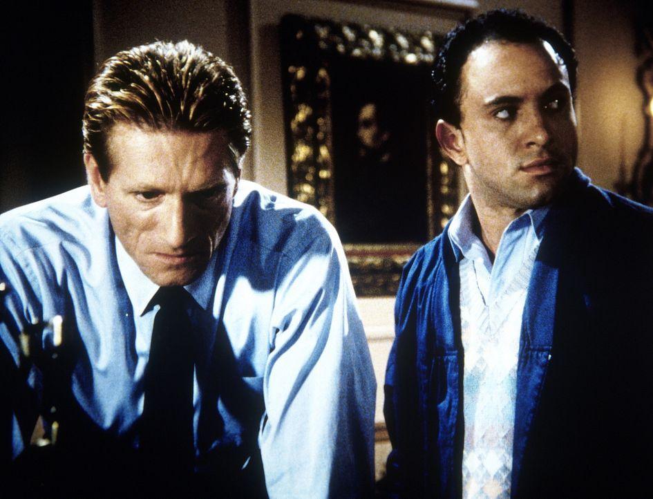 Alexis Tolst (Ian Ruskin, l.) und sein Helfer Sasha (Kyle Heffner) wollen der amerikanischen Verteidigung einen empfindlichen Schlag zufügen ...
