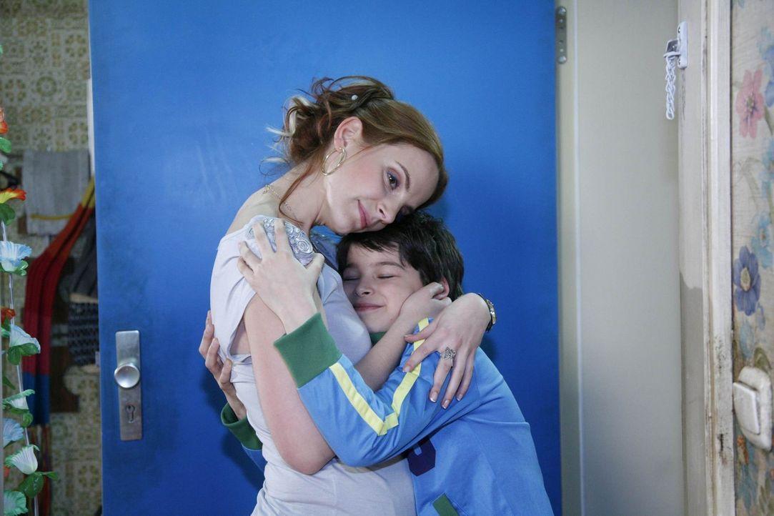 Manu (Marie Zielcke, l.) freut sich über ein Zeichen der Liebe, als Daniel (Alexander Türk, r.) plötzlich vor der Tür steht ... - Bildquelle: SAT.1