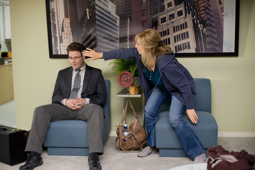 Schnell noch mal die Haare richten: Schon bald geht Andy (Seth Rogen, l.) das Getue und die guten Ratschläge seiner Mutter (Barbra Streisand, r.) au... - Bildquelle: Sam Emerson MMXII Paramount Pictures Corporation. All Rights Reserved.
