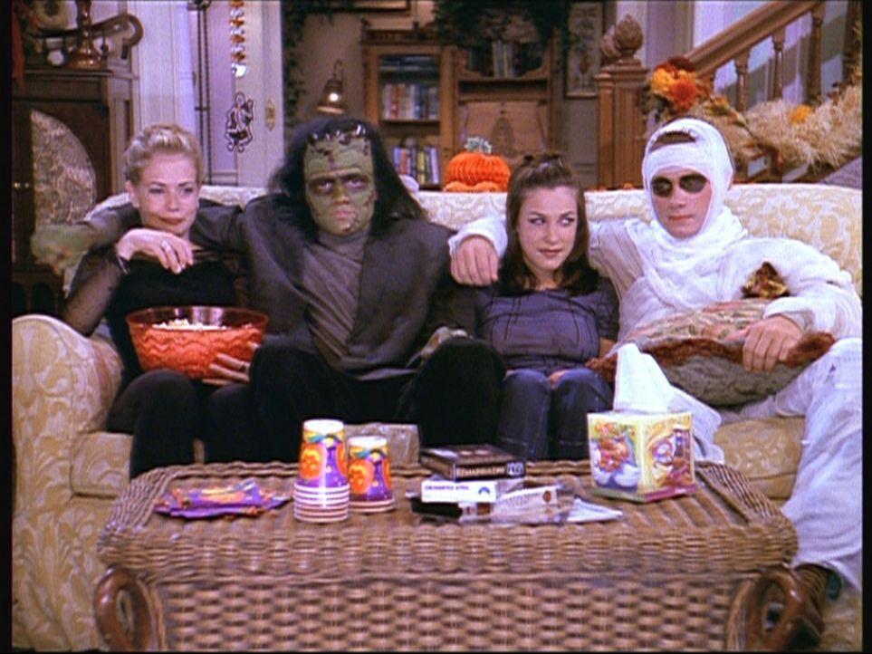 (v.l.n.r.) Sabrina (Melissa Joan Hart), Harvey (Nate Richert), Valerie (Lindsay Sloane) und Justin (Corbin Allred) haben sich für die Halloween-Par... - Bildquelle: Paramount Pictures