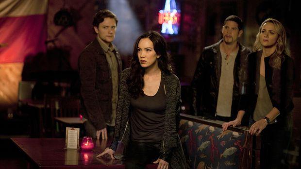 Joshua (Jon Fletcher, l.), Koa (Jessika Van, 2.v.l.), Raul (JD Pardo, 2.v.r.)...