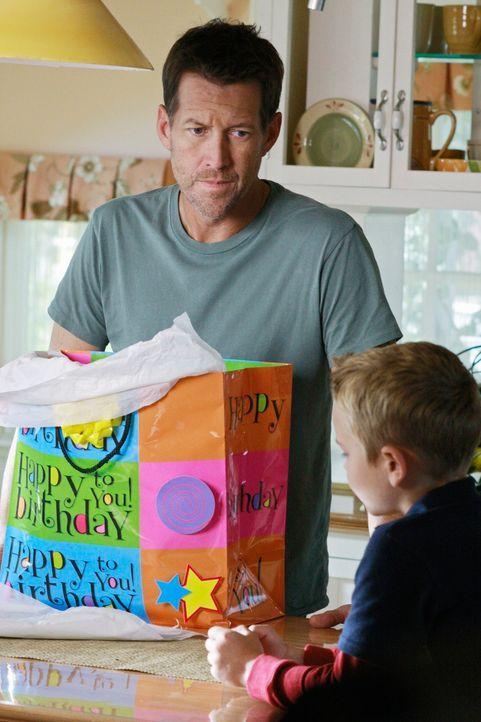 Mike (James Denton, l.) entdeckt, dass Katherine seinen Sohn (Mason Vale Cotton, r.) gegen Susan zu beeinflussen versucht und droht ihr. Als er ihr... - Bildquelle: ABC Studios