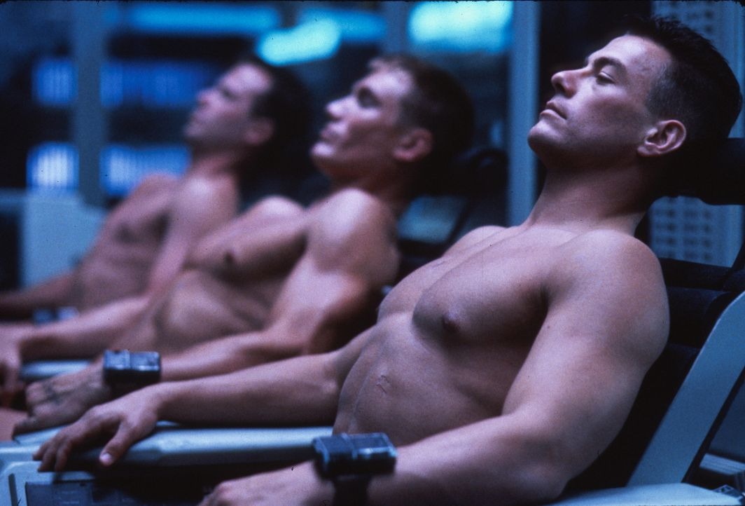 23 Jahre nach ihrem Tod im Vietnamkrieg werden die Soldaten Luc Devreux (Jean-Claude Van Damme, r.) und sein Todfeind Andrew Scott (Dolph Lundgren,... - Bildquelle: 1992 TriStar Pictures