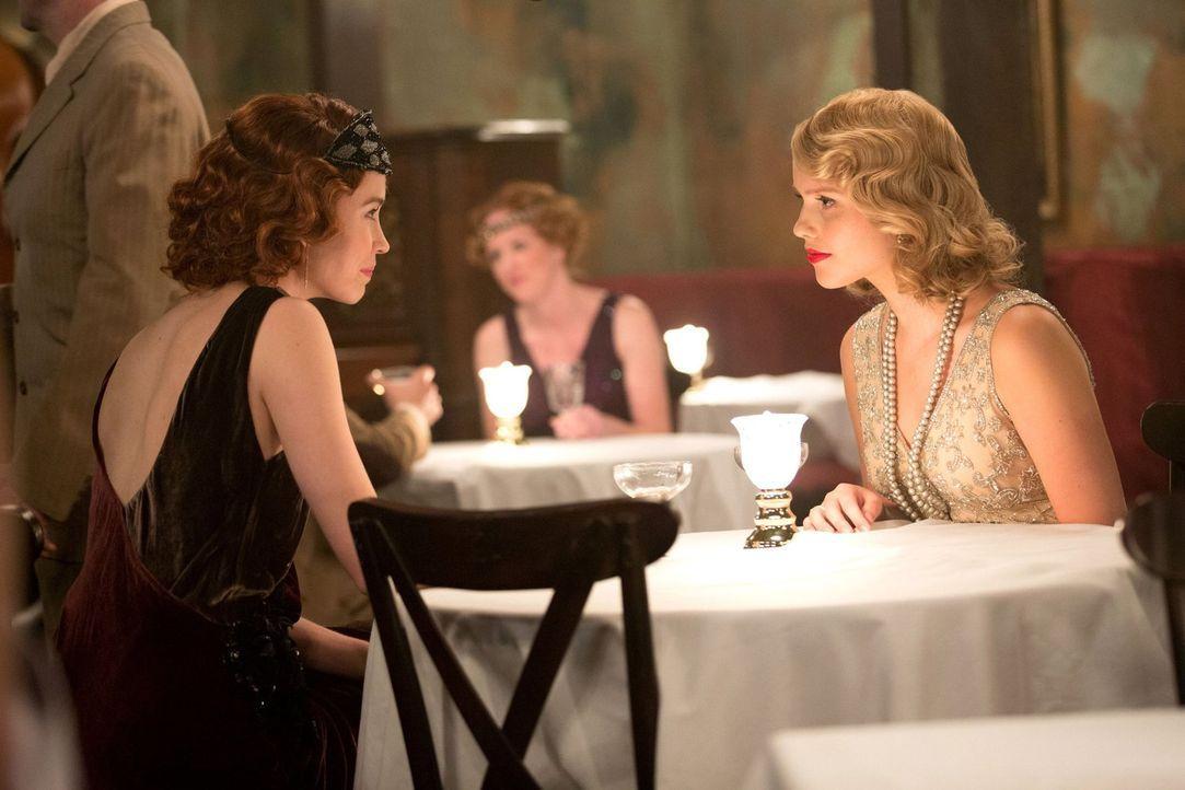 1919: Rebekah (Claire Holt, r.) verbringt ihre Zeit mit der Hexe Genevieve (Elyse Levesque, l.) und hält sie dort noch für eine Freundin ... - Bildquelle: Warner Bros. Television